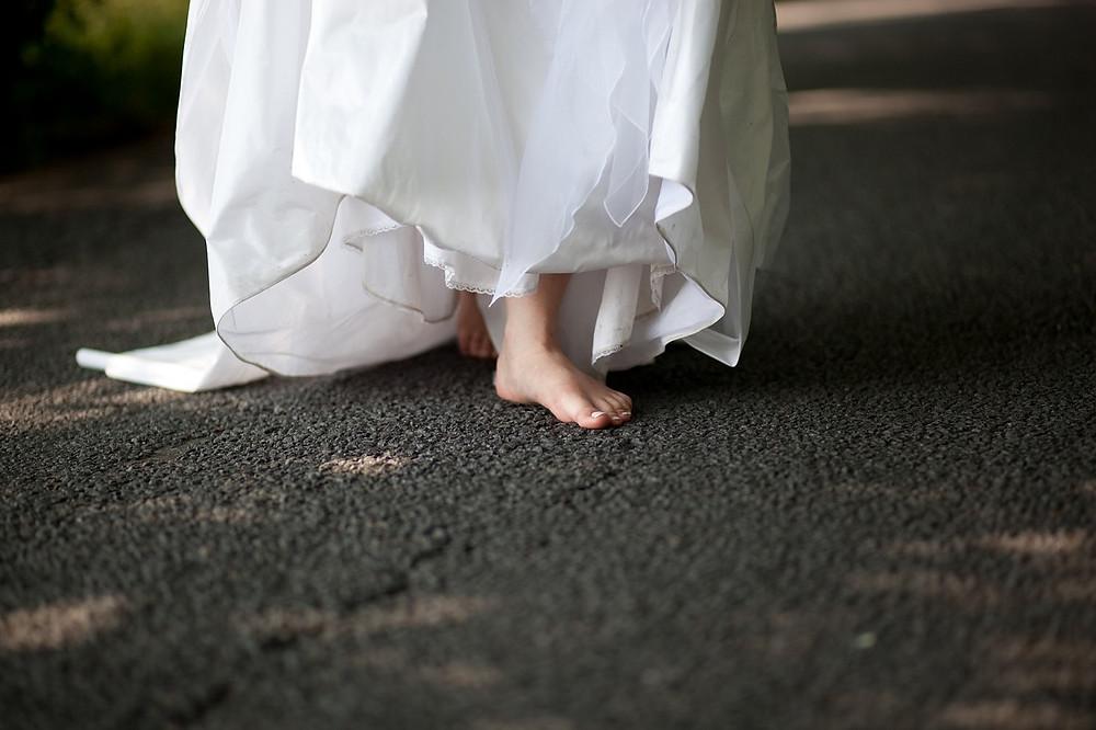 boda boho chic; vestido de novia; descalzos