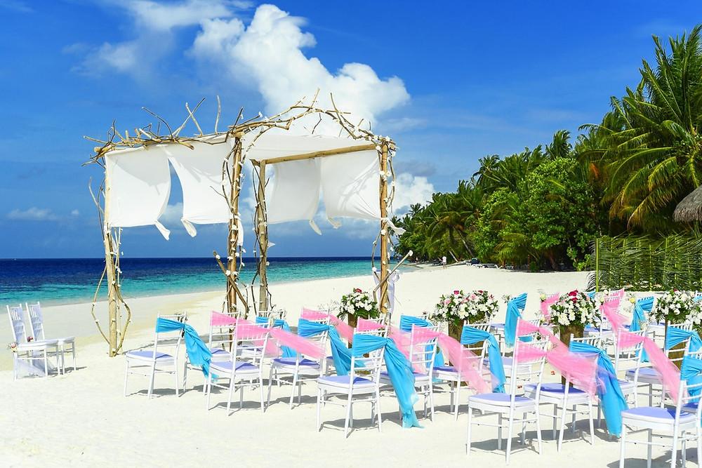 boda en la playa; decoración sillas