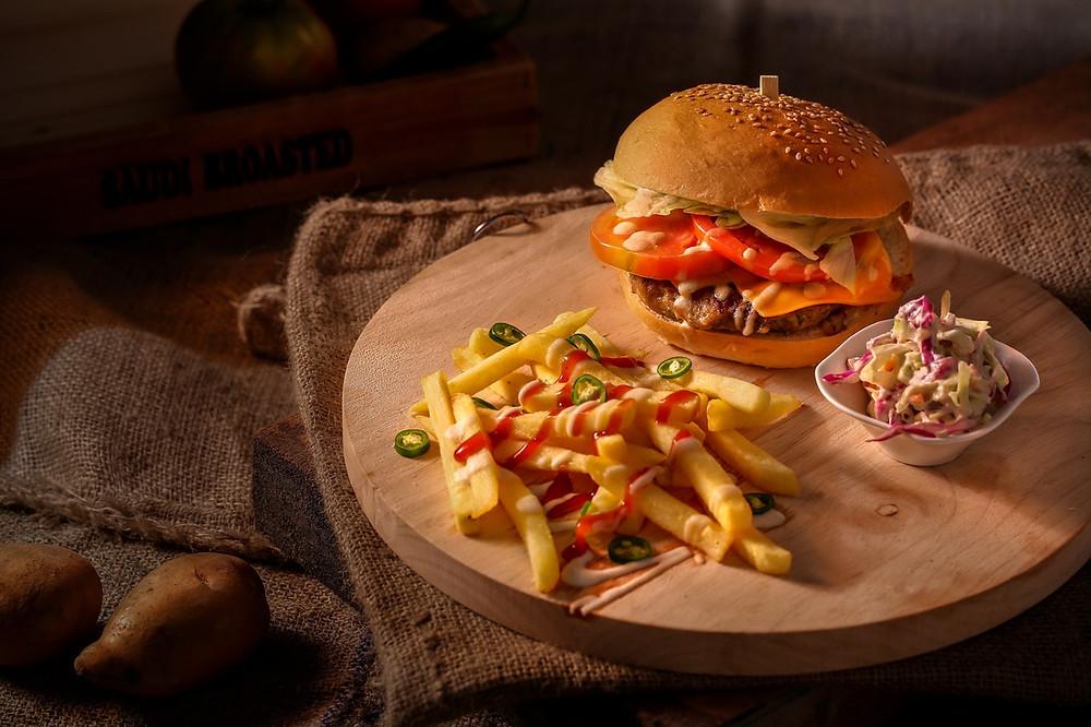 hamburguesa; papas fritas; comida de bodas informal