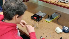 Leerlingen engineering werken hun fietsknipperlicht af