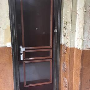 Pose de moulures sur porte blindée pour respecter les normes de la copropriété - 75011
