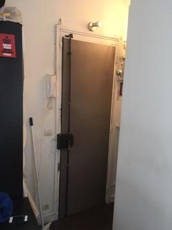 Porte blindée avec barre de pivot