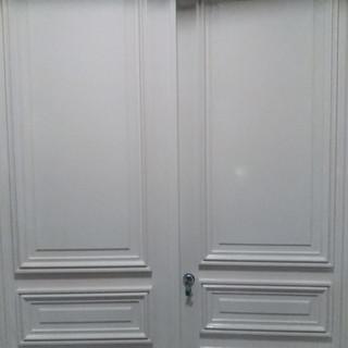 Installation d'une double porte blindée avec création de moulures en partie extérieure - 75007