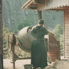 Um monge trabalha silenciosa e solitariamente nas construções