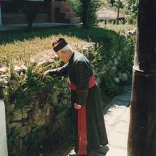 Monsenhor Ovídio passeia em nosso claustro