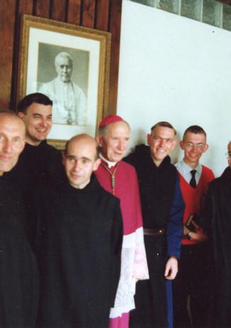 Mosteiro da Santa Cruz e Barroux visitam o Seminário de Écône na década de 1980