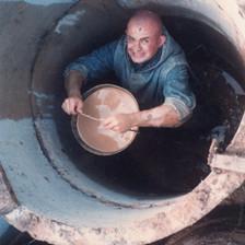 Irmão Marie realiza a escavação do primeiro poço
