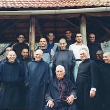 Monges reunidos no caramanchão, junto a Monsenhor Ovídio