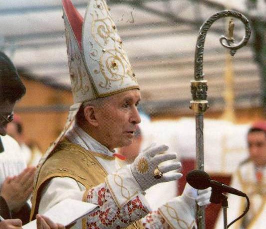 D. Marcel Lefebvre durante as Sagrações Episcopais de 1988