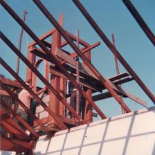 As paredes são preparadas para receber o telhado