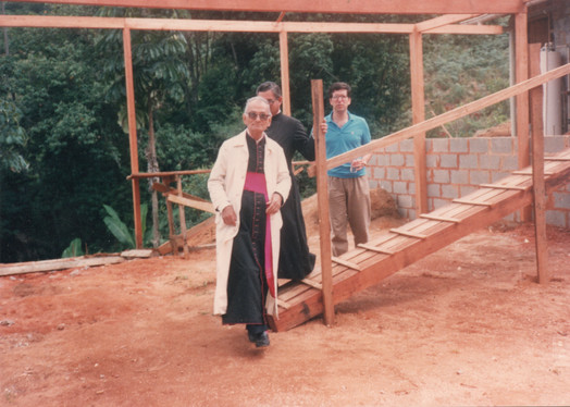 Bispo de Campos visitando as obras do mosteiro