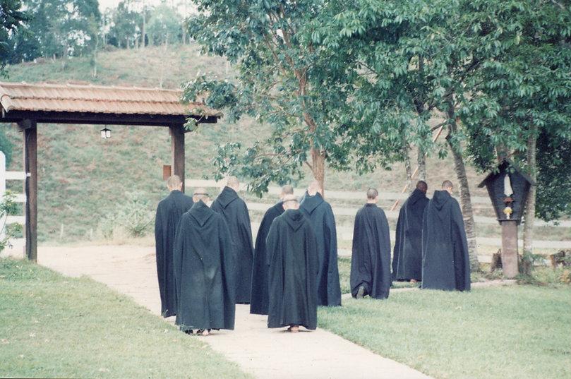 Monges rezam perante a imagem de Nossa Senhora