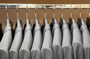 Anzug, Textilreinigung, Textilpflege, Wäscherei. Jet Wasch die feine Wäscherei und Textilreinigung in Luzern. Wir pflegen die hochwertige Garderobe. Gerne auch mit Abhol- und Lieferdienst. Wir kommen zu Ihnen nach Hause oder in die Firma. Keine Wäsche und keine Bügelsorge mehr. Wir schenken Ihnen mehr Freizeit.
