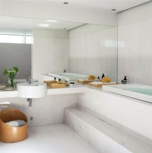 bano-revestido-de-marmol-gris-y-blanco-con-cesta-de-diseno-en-madera-y-gran-espejo-de-lado-a-lado_240806_1000x1009_2780baab