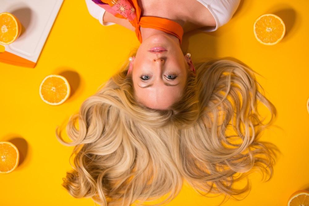 Frau mit blonden Haaren und grünen Augen