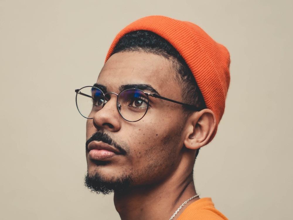 Mann mit Brille, Mütze und Bart