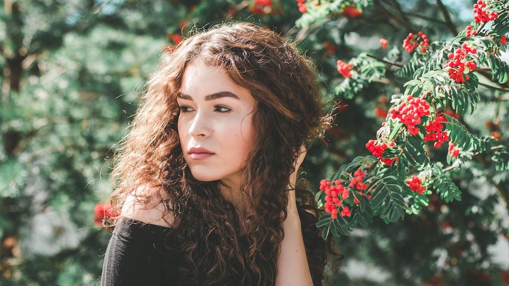 Junge Frau mit braunen, gelockten Haaren