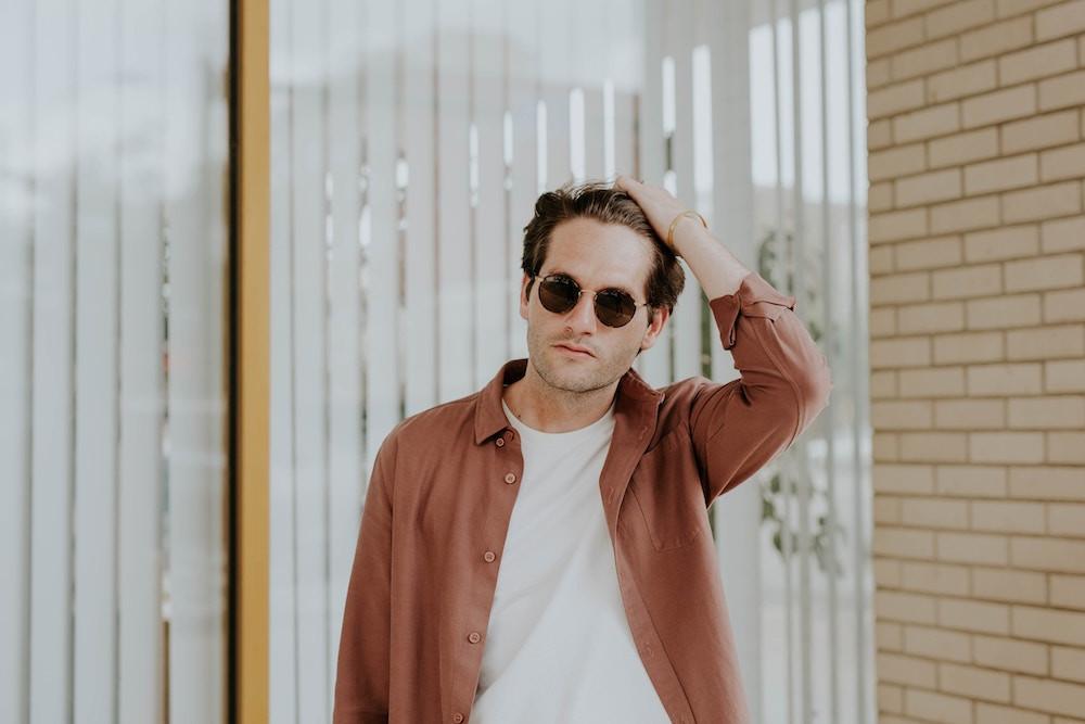 Mann mit Sonnenbrille - Hairtravel - Haartransplantation