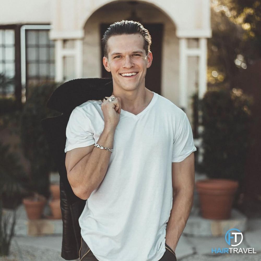 Lächelnder Mann nach einer erfolgreichen Haartransplantation