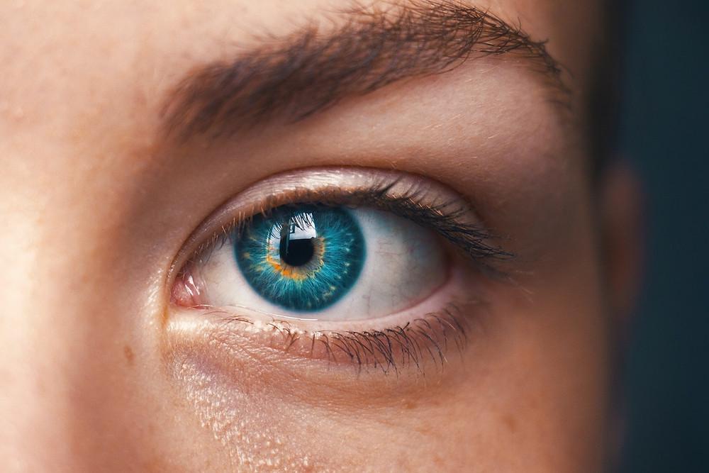 Blau-grüne Iris einer Frau
