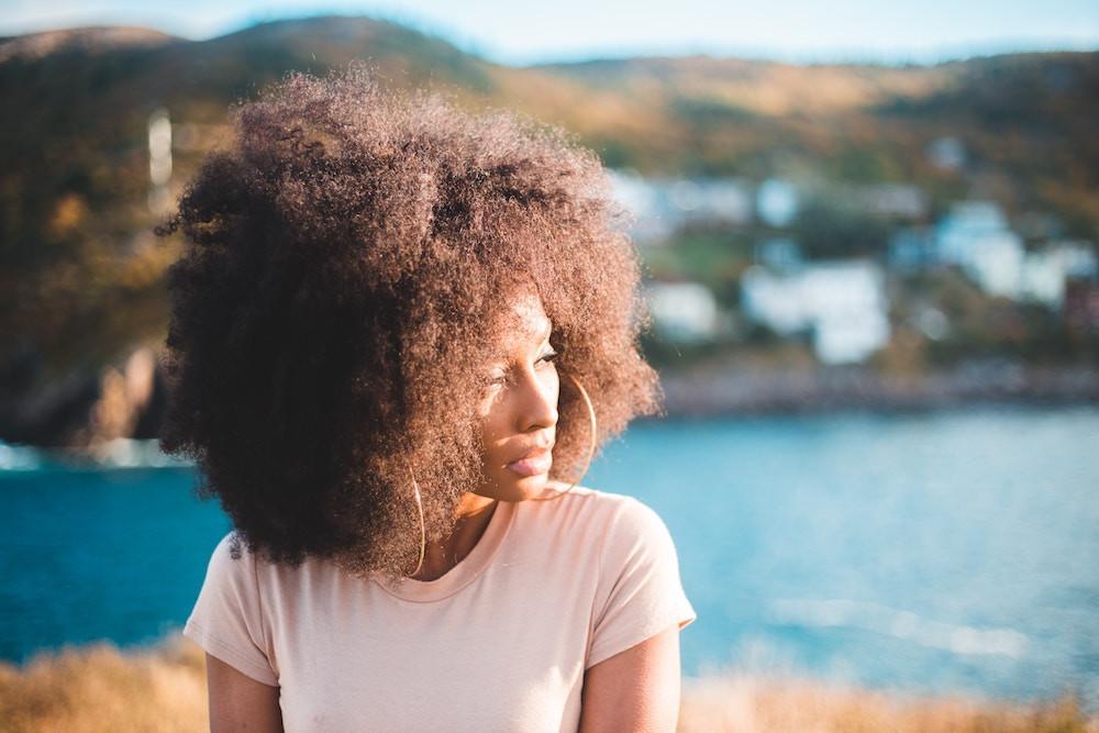 Frau mit Afro Frisur