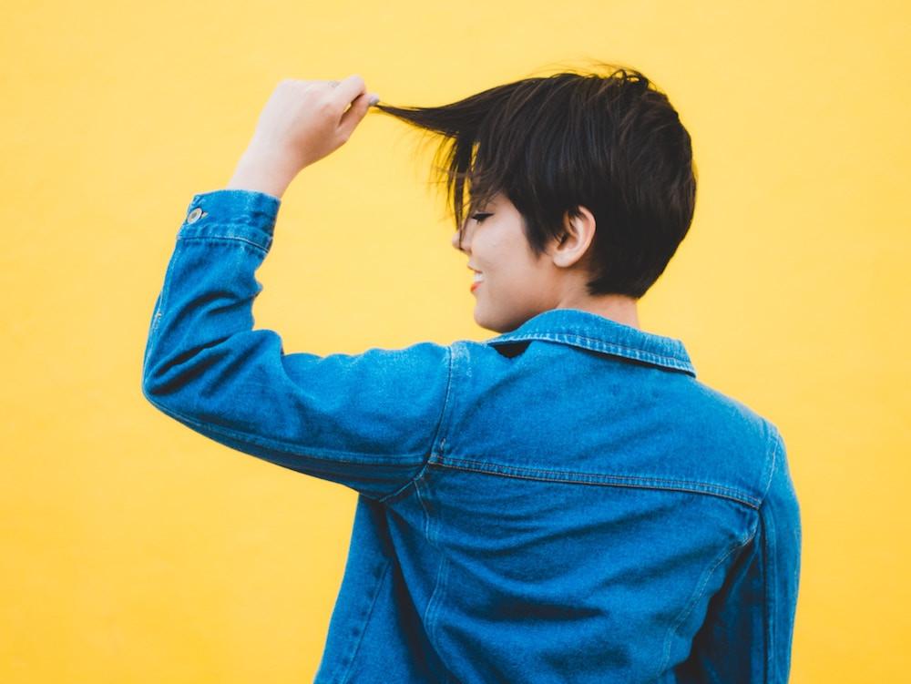 Junge Frau mit kurzen Haaren - Hairtravel