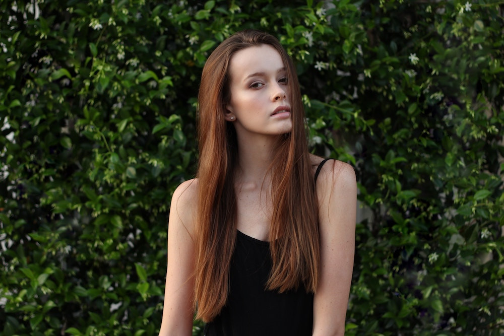 Junge Frau mit rostbraunen, langen Haaren