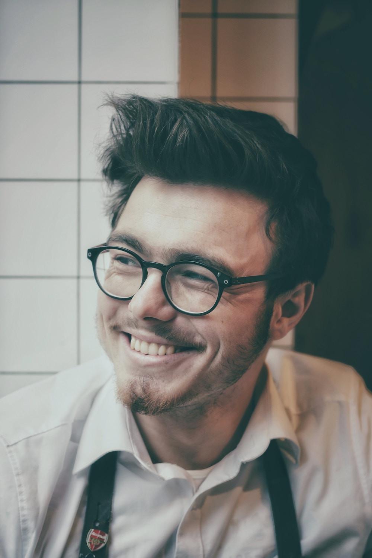 Lächelnder Mann mit Brille - Hairtravel Blog