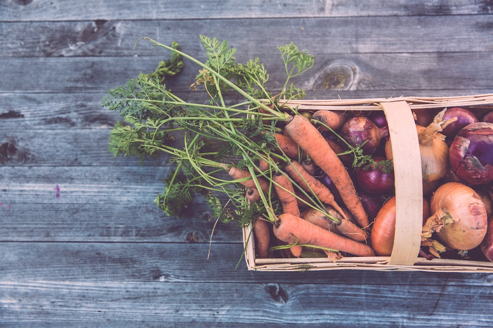 Korb mit verschiedenen Gemüsesorten