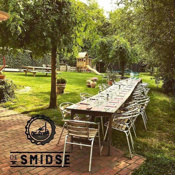 De Smidse tuin en het terras gedekt voor een grote groep
