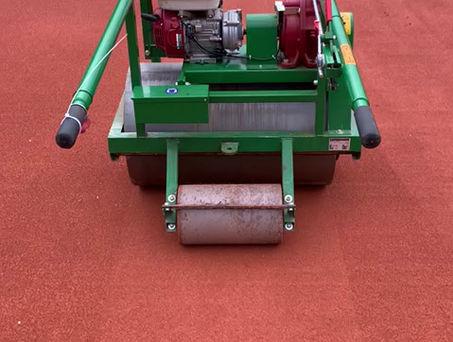 Walzenroboter auf Tennisplatz