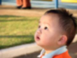 Niño mirando pensativo