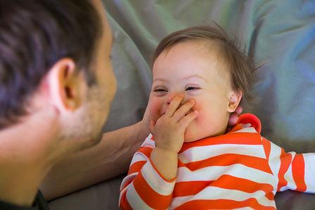 Hombre mirando al bebé sonriente