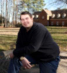 Hombre con una discapacidad apoyándose en un banco y sonriendo