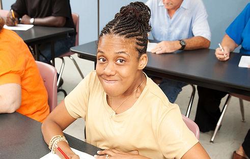Mujer joven en el aula