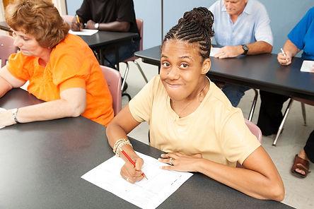 Mujer joven con discapacidad en una clase