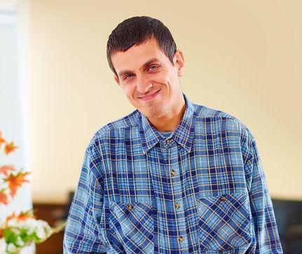 Hombre con una discapacidad sonriendo