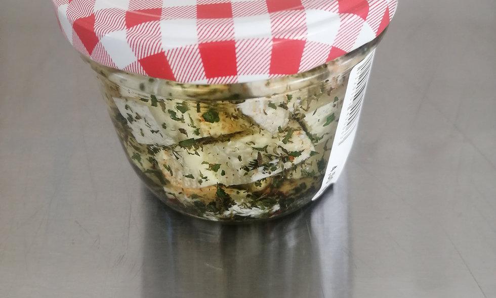 eingelegter Sauerkäse mit Kräutern in Öl