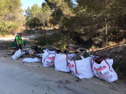 Un grup de voluntaris recull 1.000 kg de deixalles al Parc dels Talls