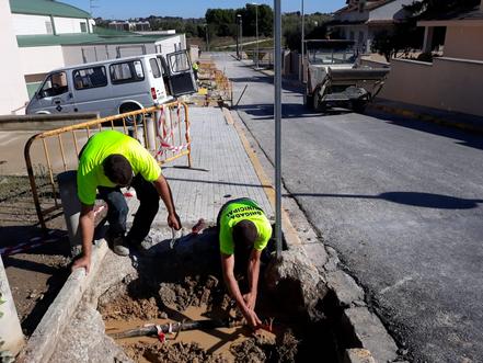 La brigada municipal renova la vorera del c/ les Figueretes, millora camins i punts de reciclatge