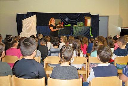 Figurentheaterspielerin Silke Thalhammer mit ihrem mobilen Figurentheater Frau Holle, Märchenfunken