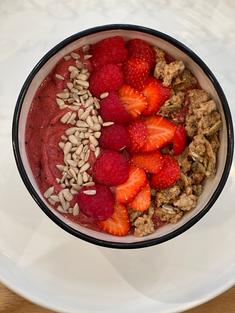 Smoothie bowl - Le rouge - framboises, fraises, camerises, bananes jus de canneberge rouge