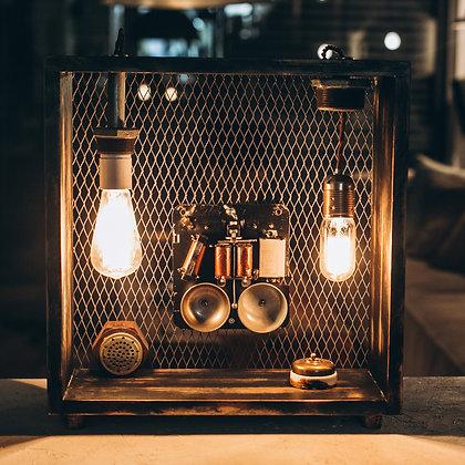 מפסק חשמל תקופתי מקפריסין בשילוב חלקי טלפון, בתוך מסגרת עץ אורן ורשת ברזל