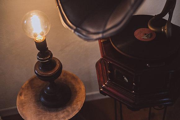 מנורת שולחן עשויה פתליית נפט עתיקה מרומניה