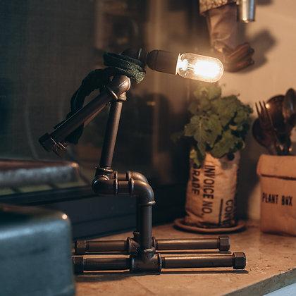 דמות איש מצינורת ברזל עם צעיף מוקשה