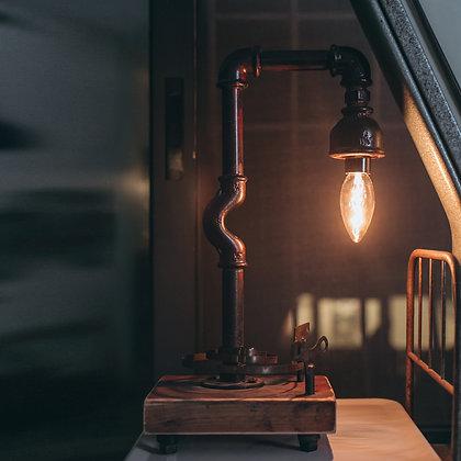 גוף תאורה העשוי צינורות ברזל בשילוב קפיצי שעון על בסיס עץ