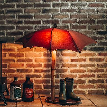 מטריה עם רגל במבוק על פרוסת ססם הודי, בשילוב מגפיים מקרמיקה מניו-יורק
