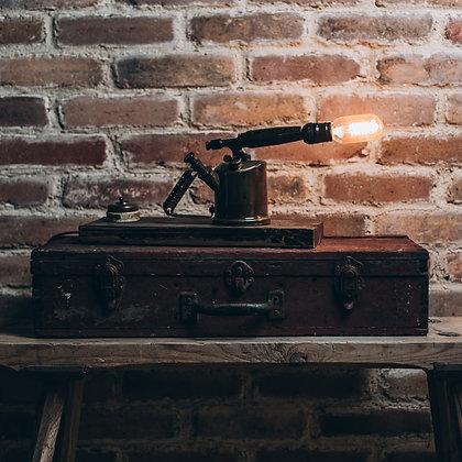 פרימוס מטוסקנה על בסיס עץ ומתג חשמל עתיק