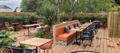 Terrasse extérieure végétalisée chez Comptoir Ferdinand