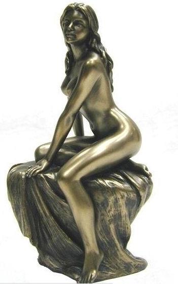 Статуэтка Девушка с пледом сидит на камне